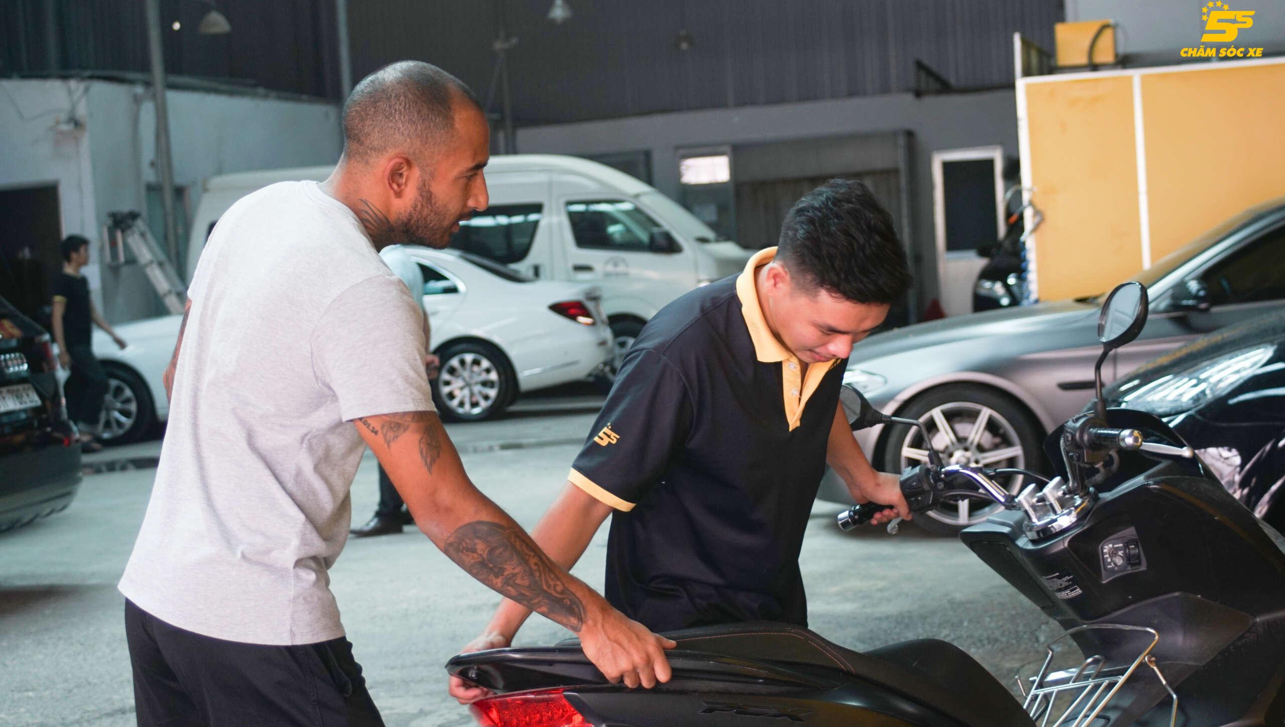 Nhân viên rửa xe